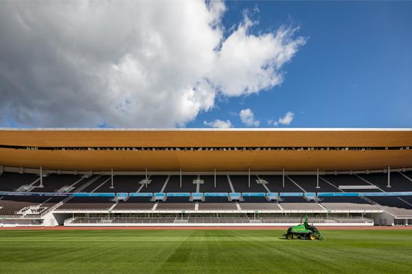 Olympiastadionin nurmi ja katsomot